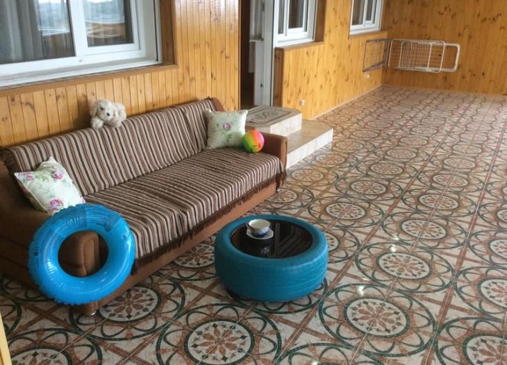 уголок отдыха на лоджии с столиком-колесо