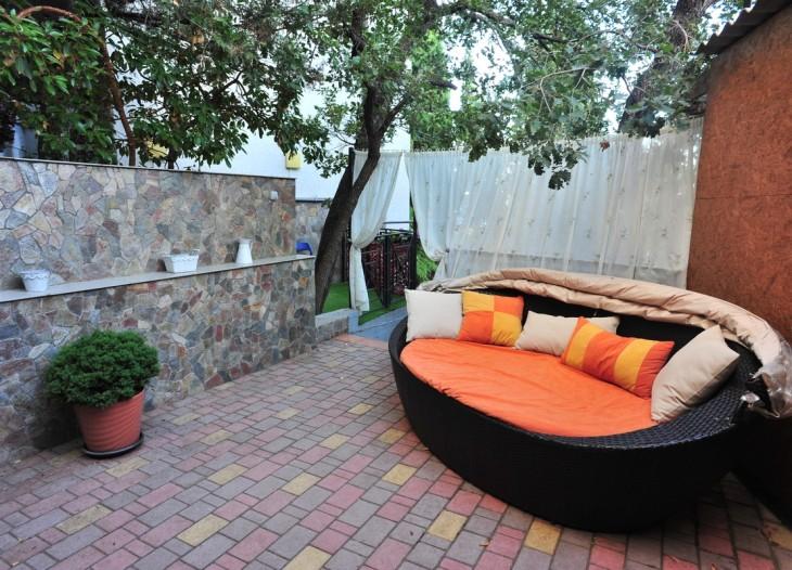 Плетеный диван на площадке