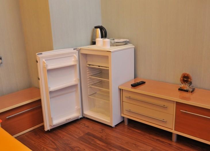 Холодильник и посуда и эл. чайник