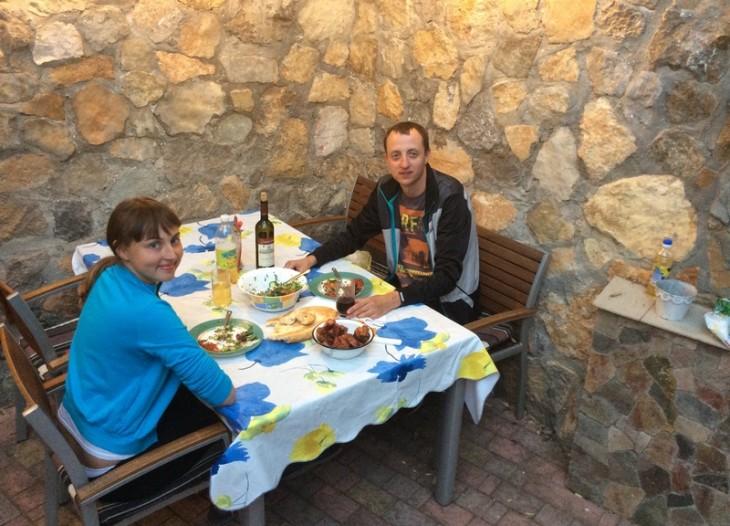 Гости отеля за обедом на летнем дворике