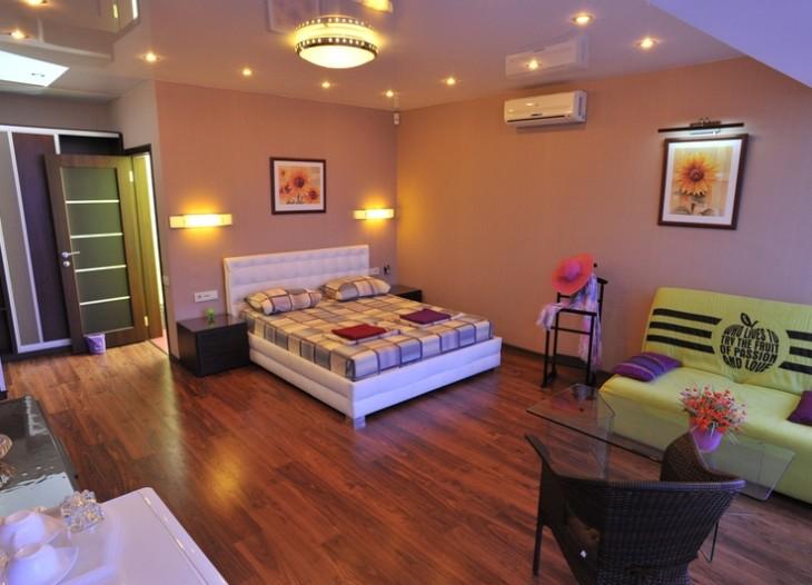 Кровать, вешалка, диван, кресла